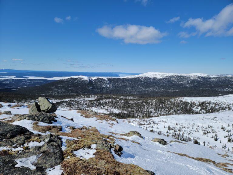Au sommet du mont Provencher dans les monts Groulx