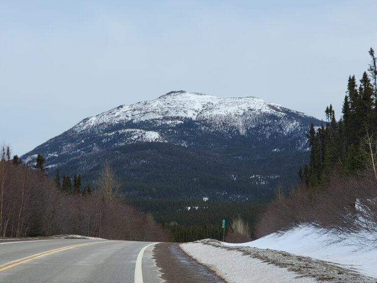 Vue sur le mont Harfang dans les monts Groulx au Québec.
